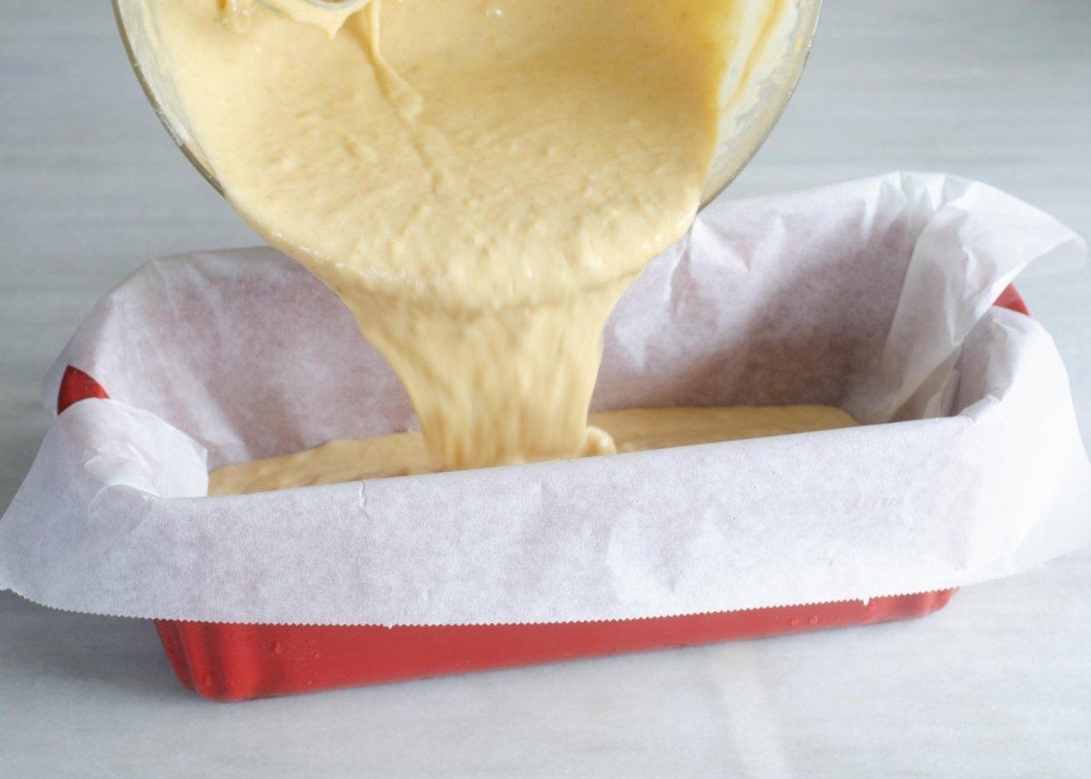 Echamos la mezcla del bizcocho de platano en el molde