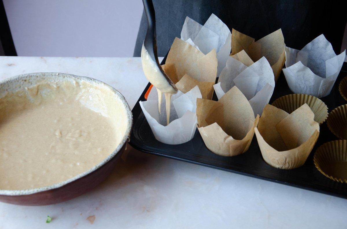 Echando masa en la capsulas de las magdalenas