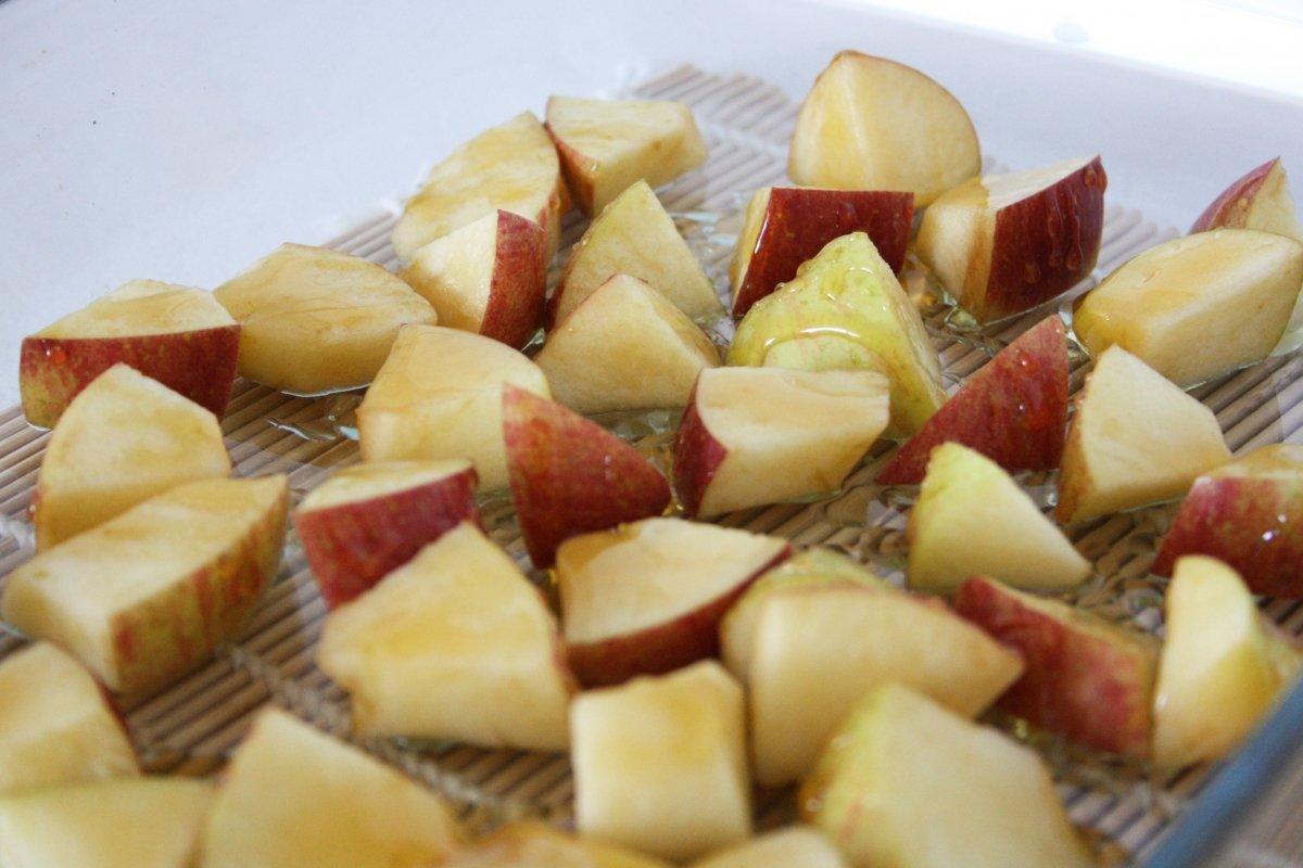 Echar miel a la manzana