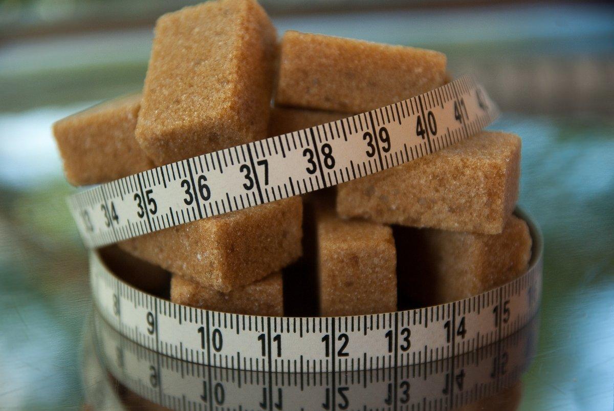 El azúcar tiene muchas kilocalorías y muchas más calorías