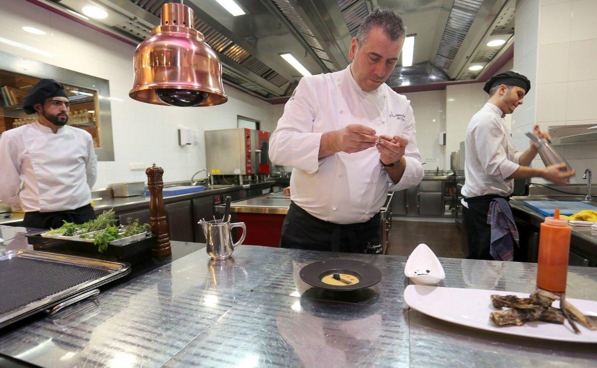 El chef Alejandro del Toro en su cocina