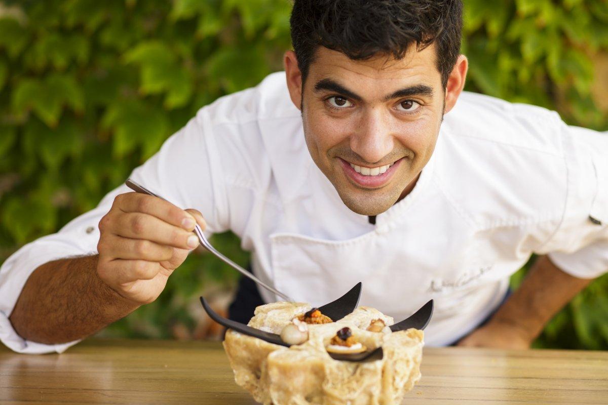 El chef Andreu Genestra terminando un plato