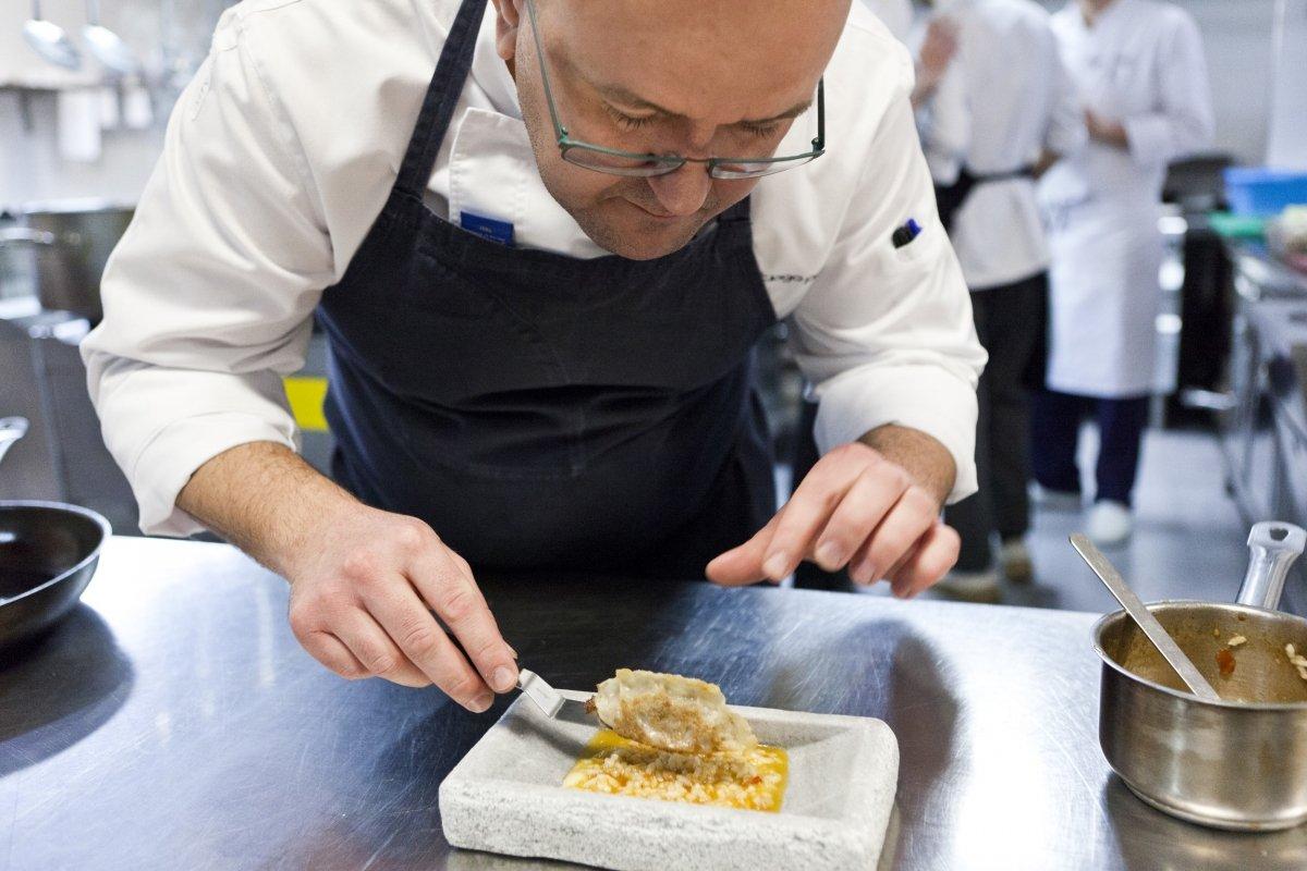 El chef de Sents, Santiago Prieto, montando un plato