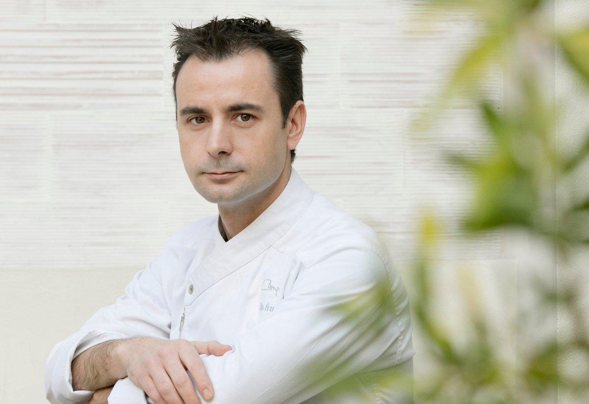 El chef Eduard Xatruch posa sobre una mesa