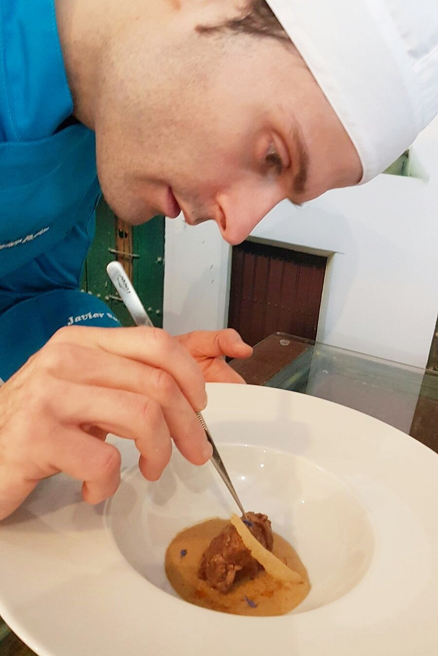 El chef Javier Fuster componiendo un plato