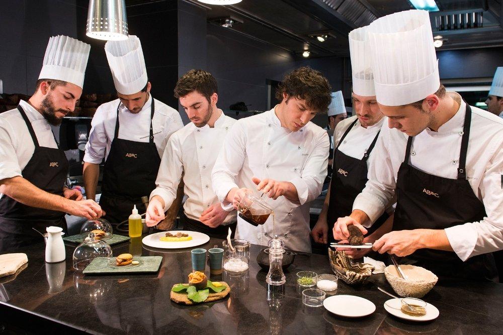 El chef Jordi Cruz con parte de su equipo