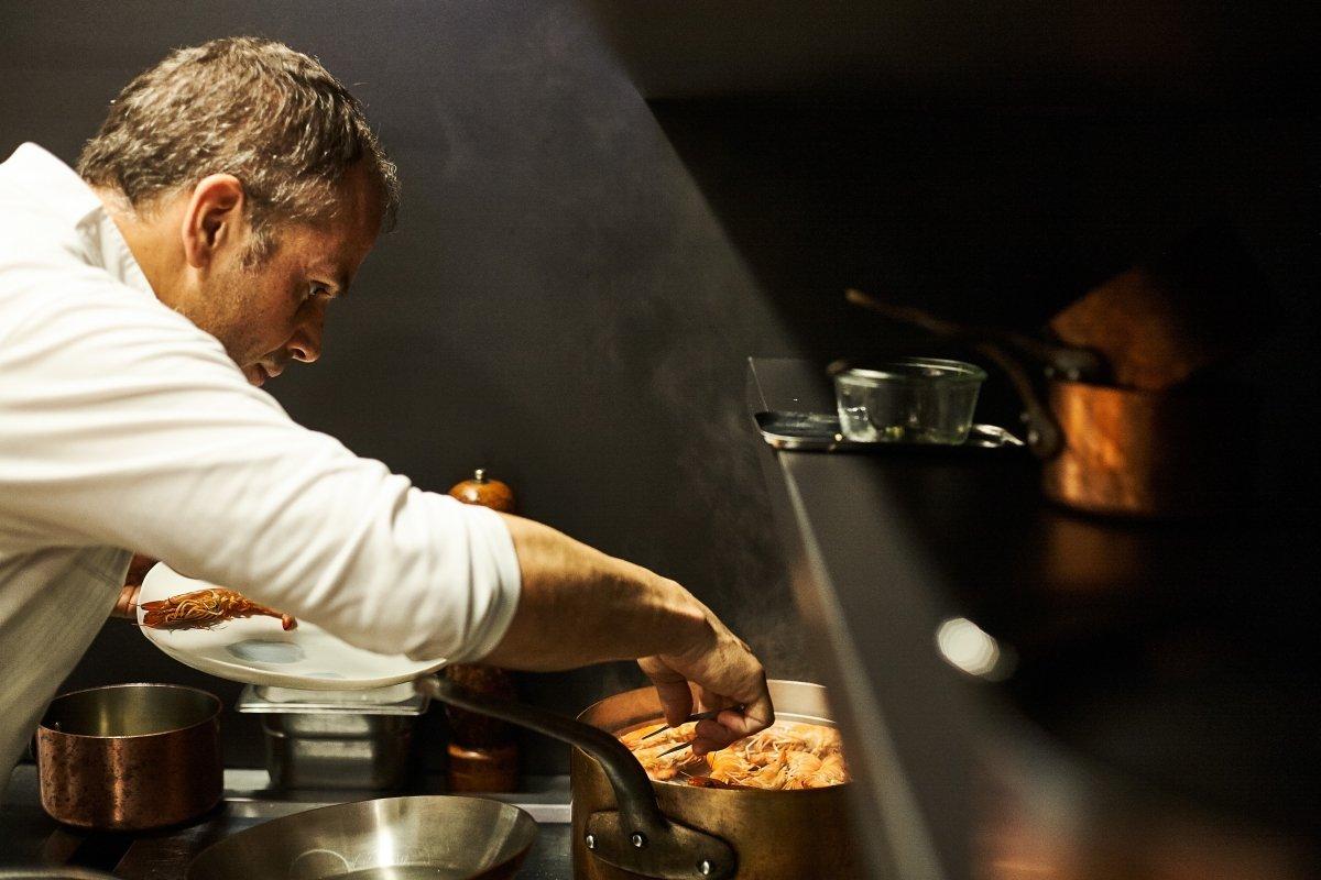 El chef Jordi Vilà en su cocina