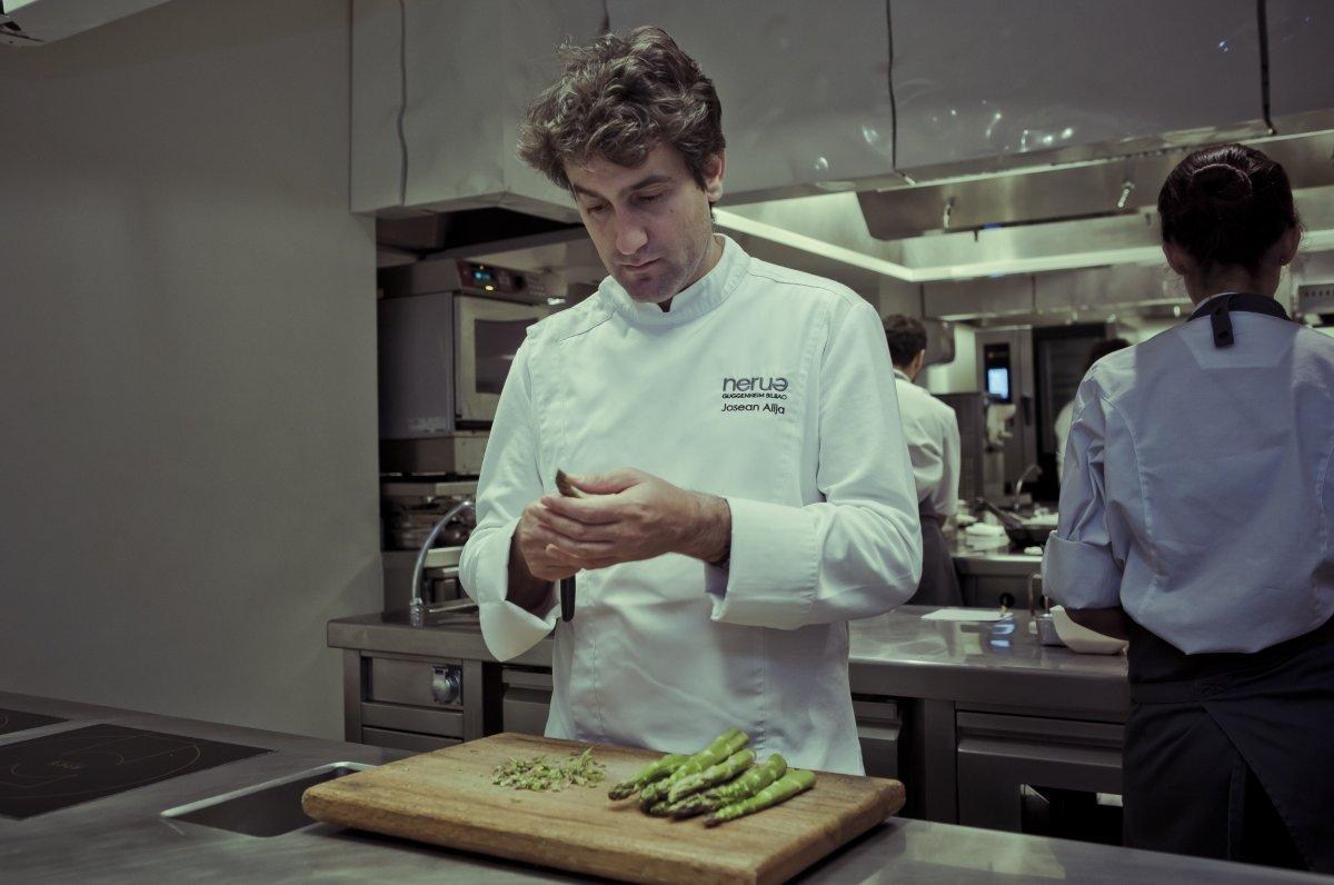 El chef Josean Alija en la cocina del Nerua