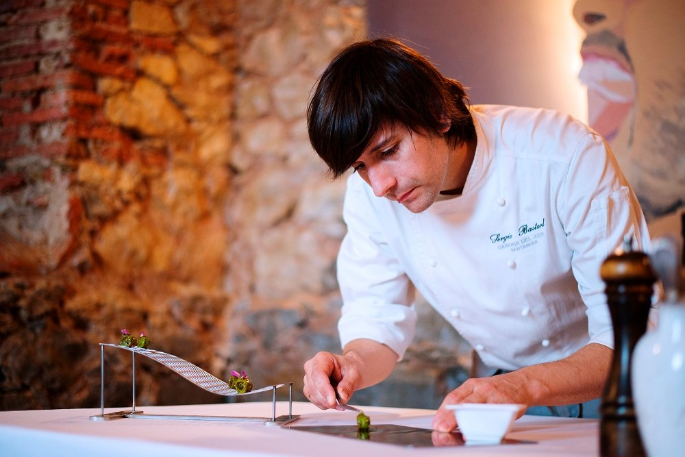 El chef Sergio Bastard preparando uno de sus platos