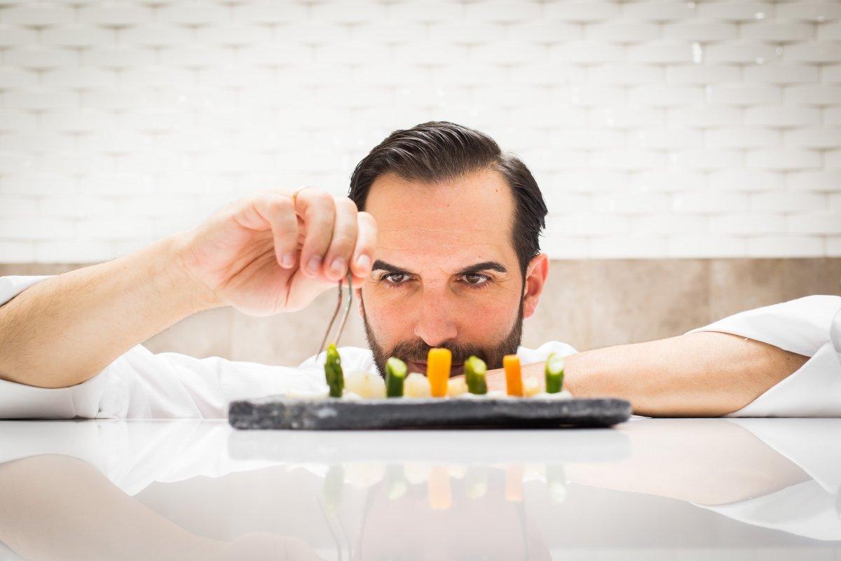 El cocinero Mario Sandoval emplatando