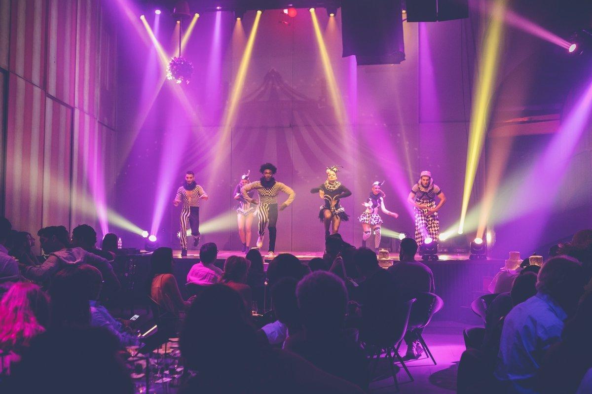 El espectáculo en directo durante la cena de HEART Ibiza