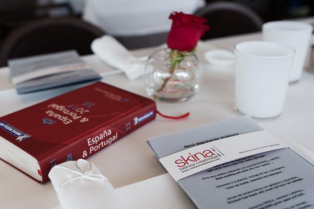 El menú degustación de Skina sobre una mesa del restaurante