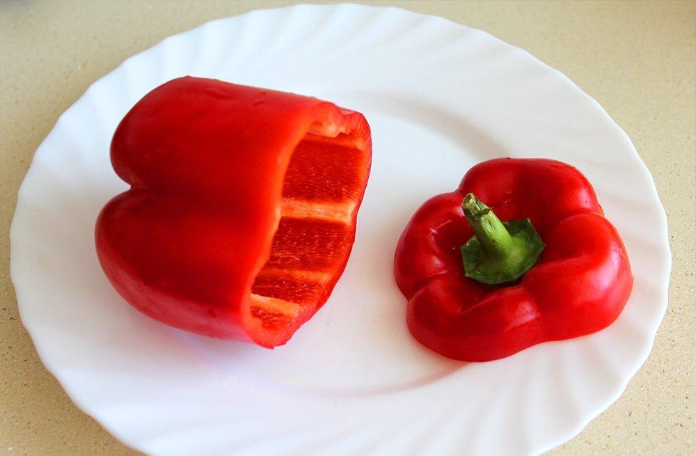 El pimiento rojo cortado de los pimientos rellenos de carne