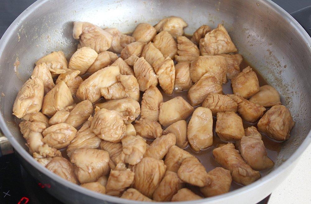 El pollo del pollo con almendras estilo chino haciéndose