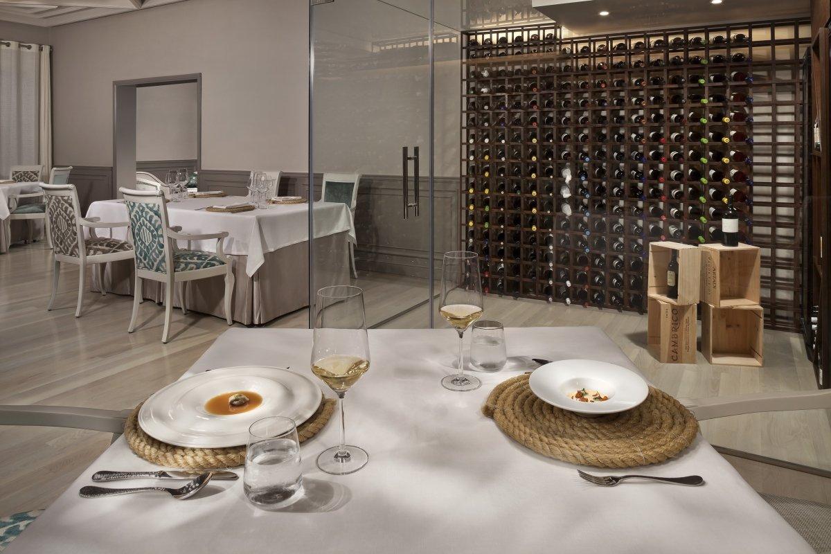 El restaurante Alevante con una mesa servida