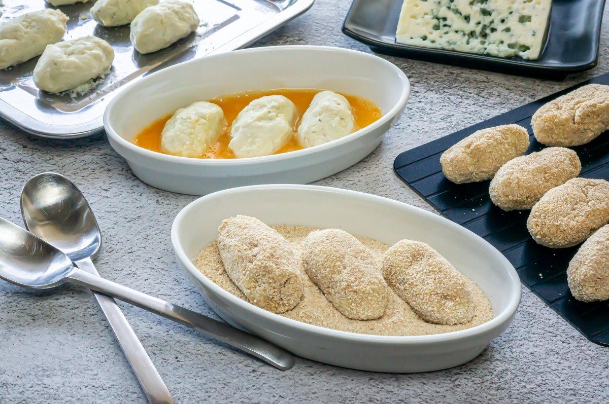 Empanar las croquetas de queso azul