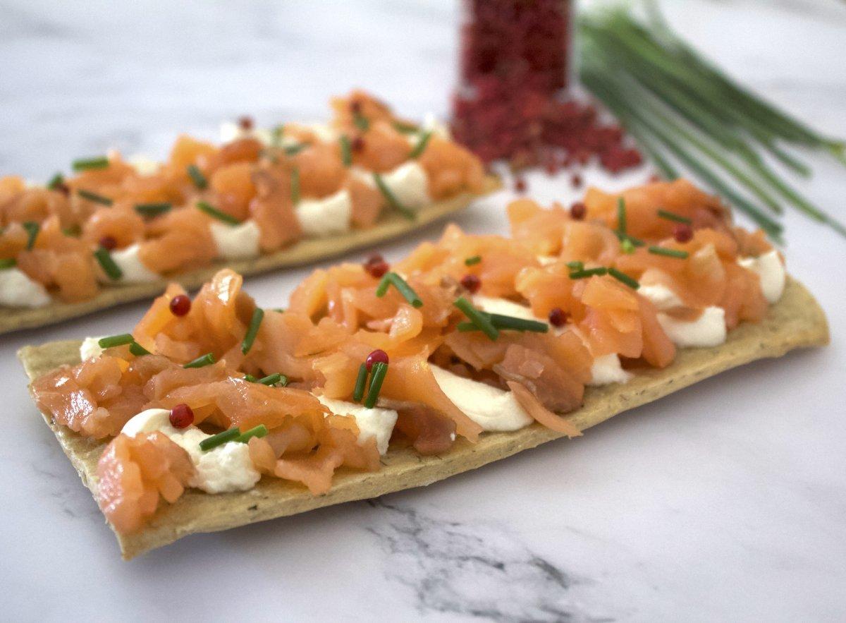 Emplatado de la tosta de salmón ahumado con queso