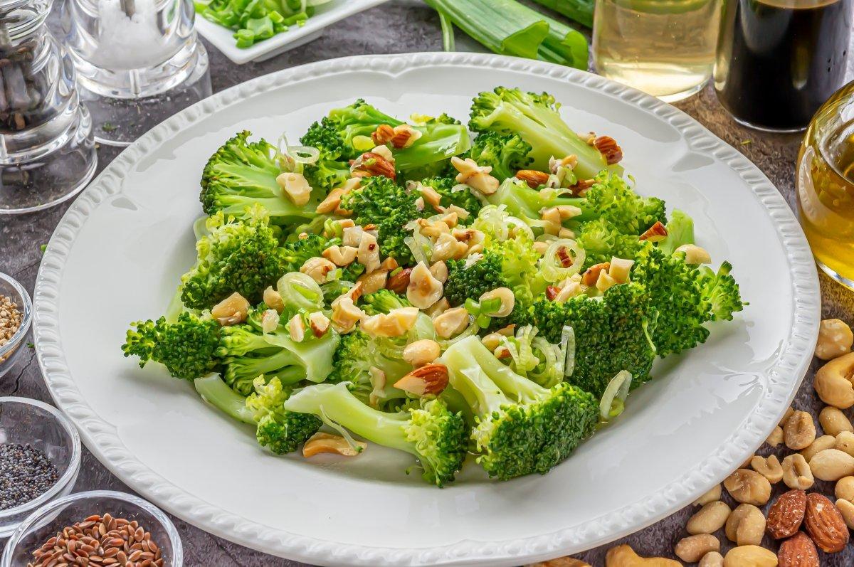 Emplatado del brócoli al vapor con vinagreta de frutos secos