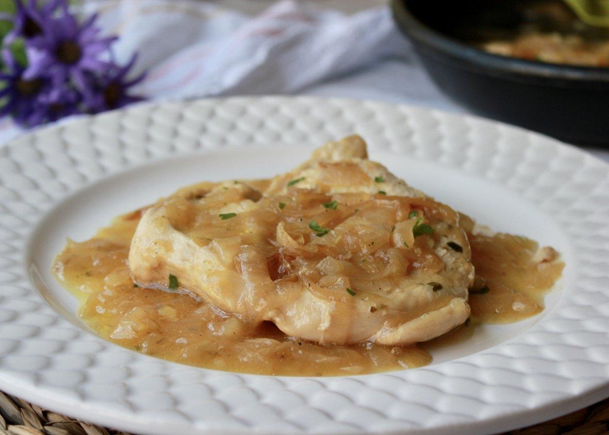Emplatado final de las pechugas de pollo con cebolla