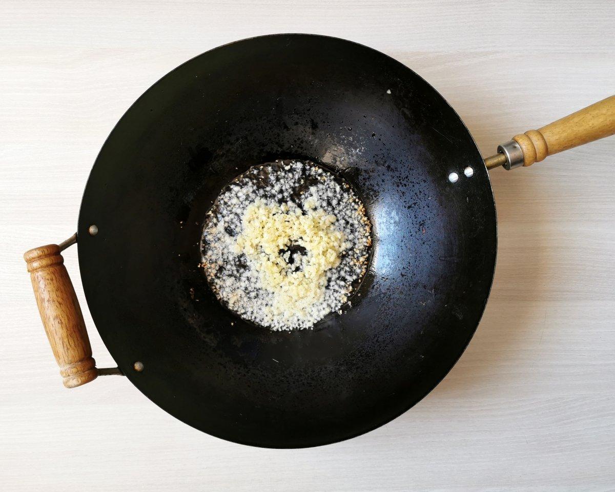 En el wok saltear el ajo y el jengibre.