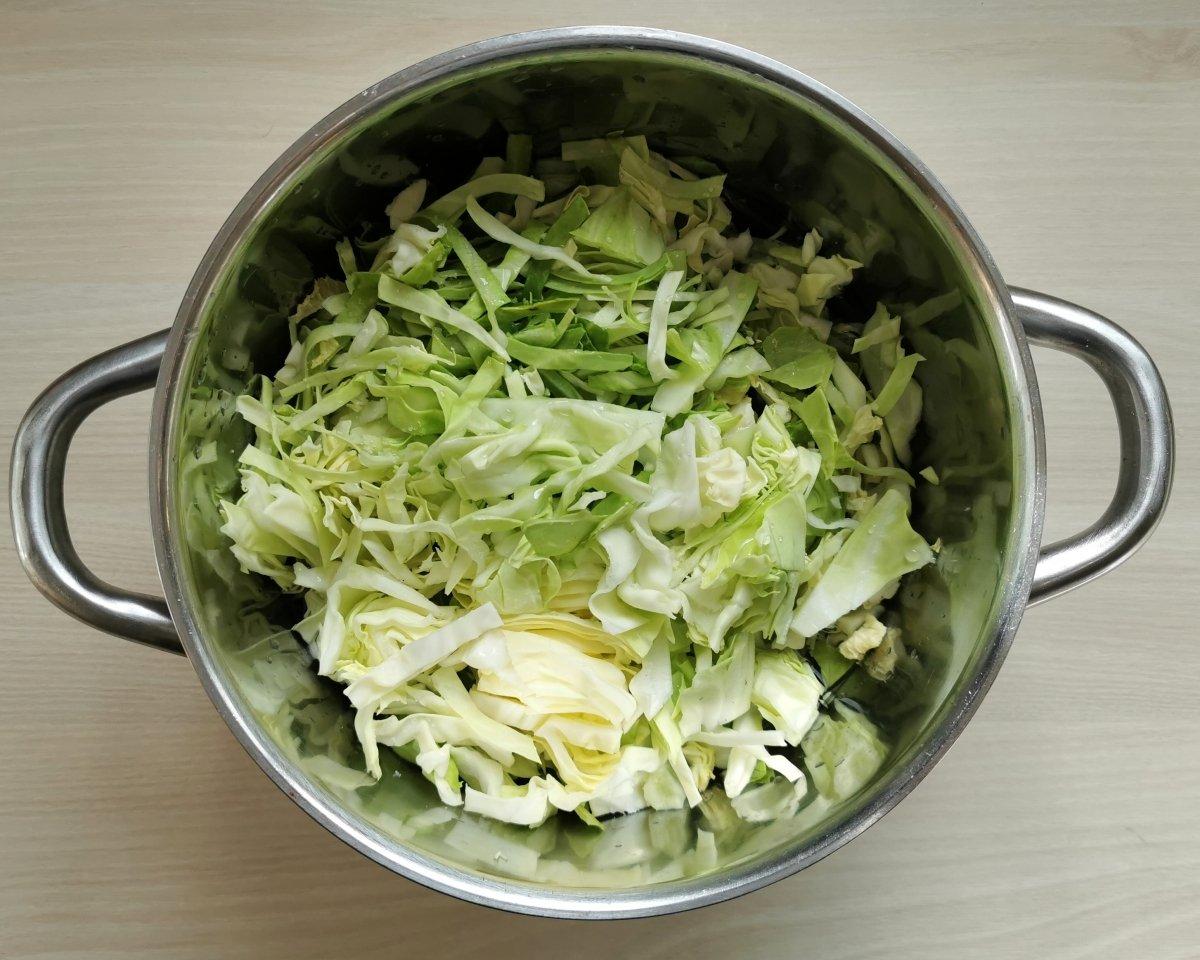 En otra olla cocer el repollo cortado fino en poca agua con sal