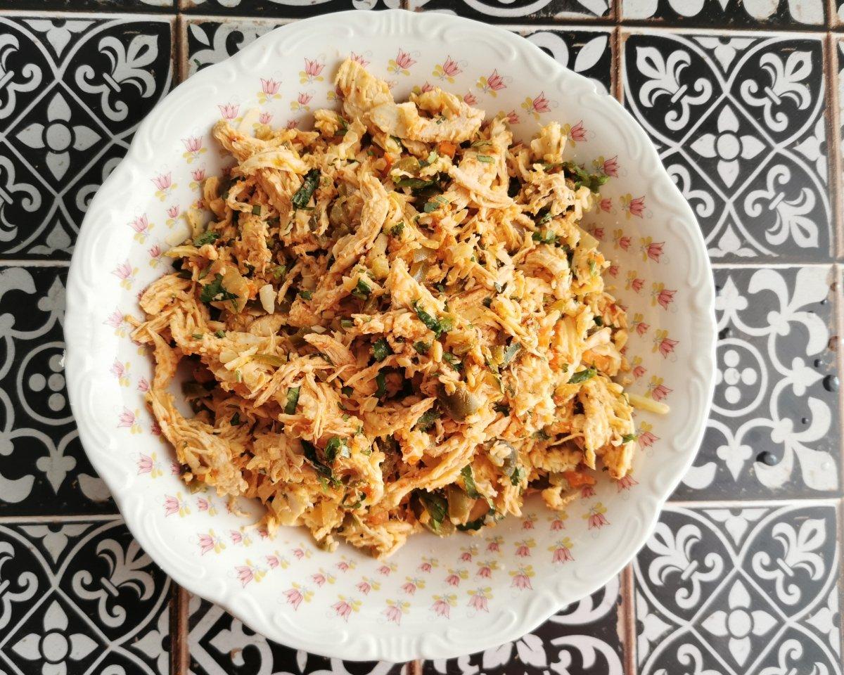 En un bol mezclar el pollo deshilachado, el queso rallado, los chiles jalapeños, el cilantro y la sa