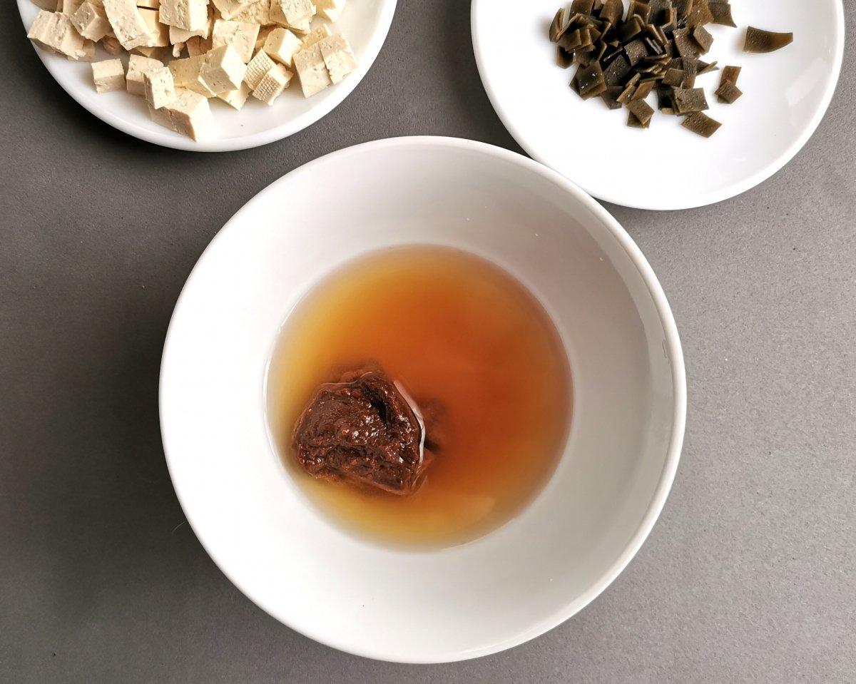 En un bol poner el miso con un poco del caldo dashi.