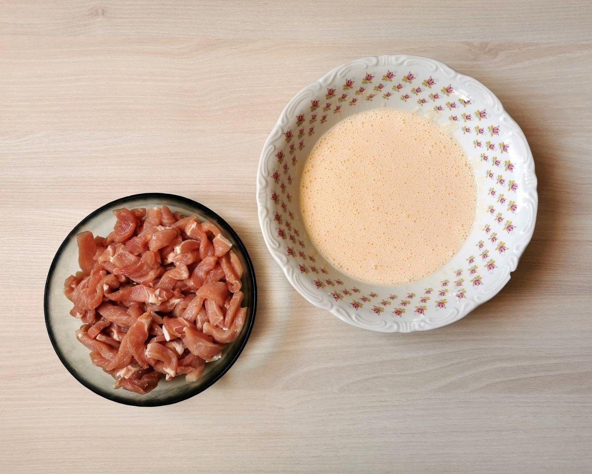 En un bol poner la maizena y añadir huevo cuanto pasta para tener un rebozado tipo natilla