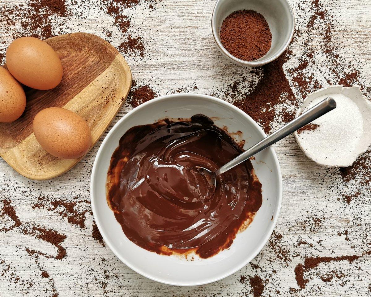 En un bol poner la mantequilla y el chocolate en trozos. Derretir en el microondas.