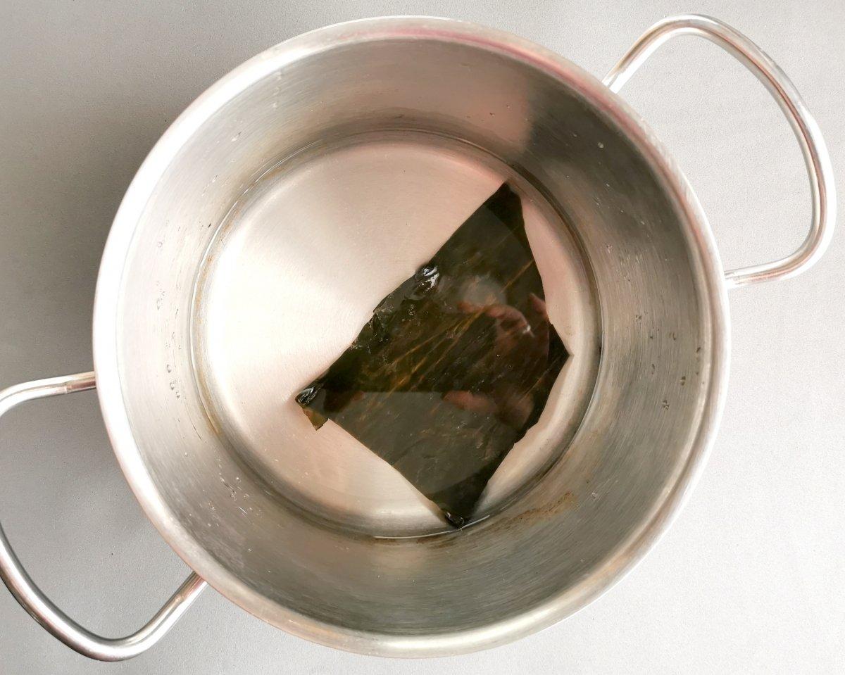 En una olla poner el agua y el alga kombu y calentar a fuego moderado.