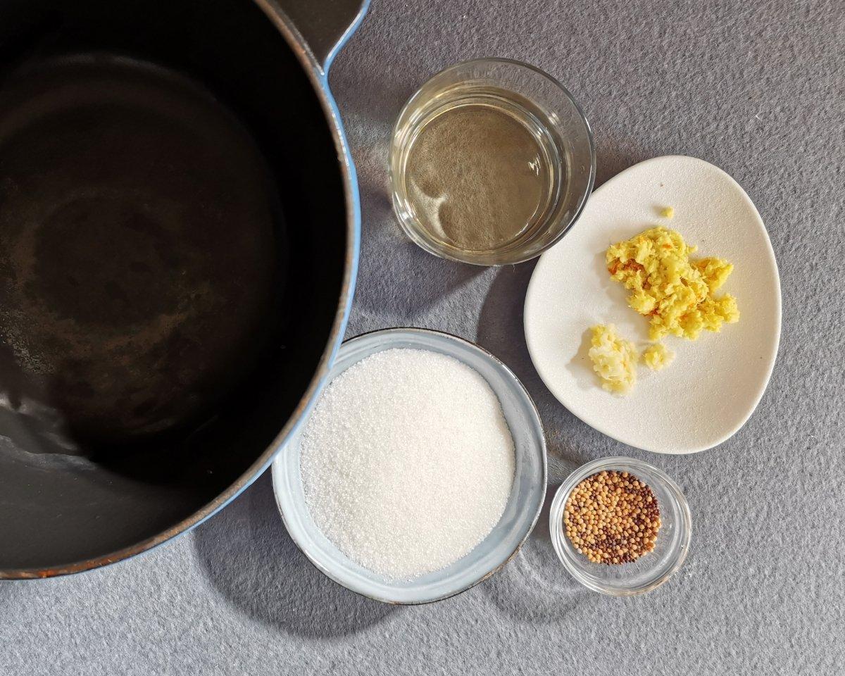 En una olla poner el azúcar, el vinagre, las semillas de mostaza, el ajo rallado y la sal