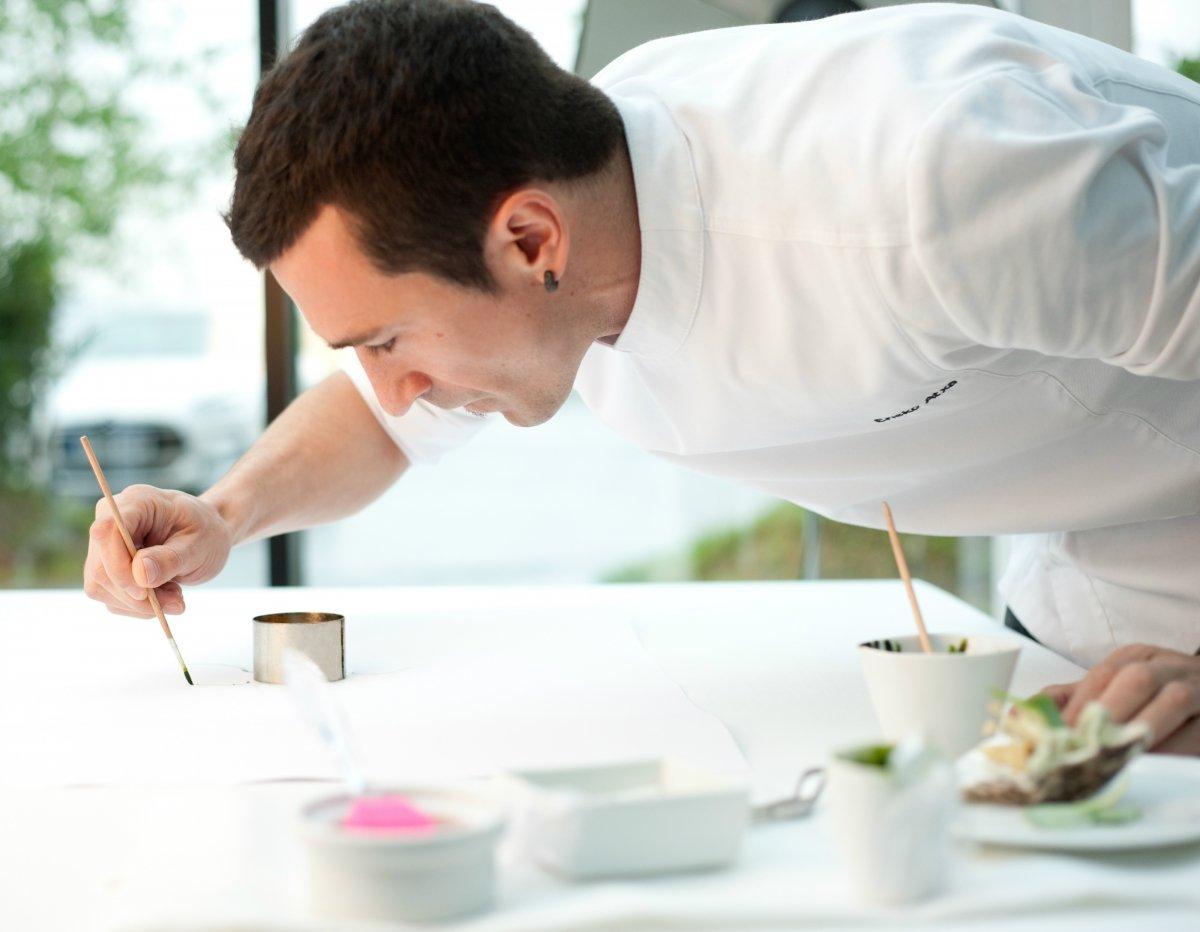 Eneko Atxa preparando uno de los platos del Azurmendi Gastronómico