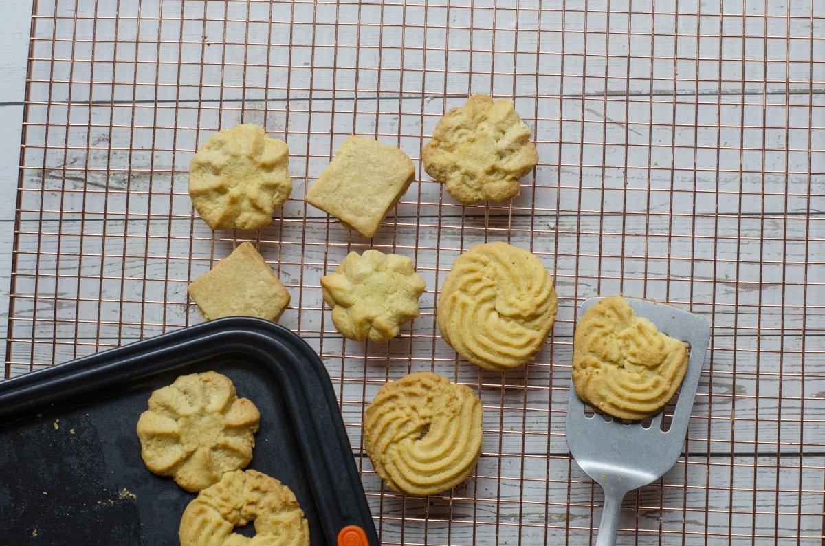 Enfriando galletas de mantequilla