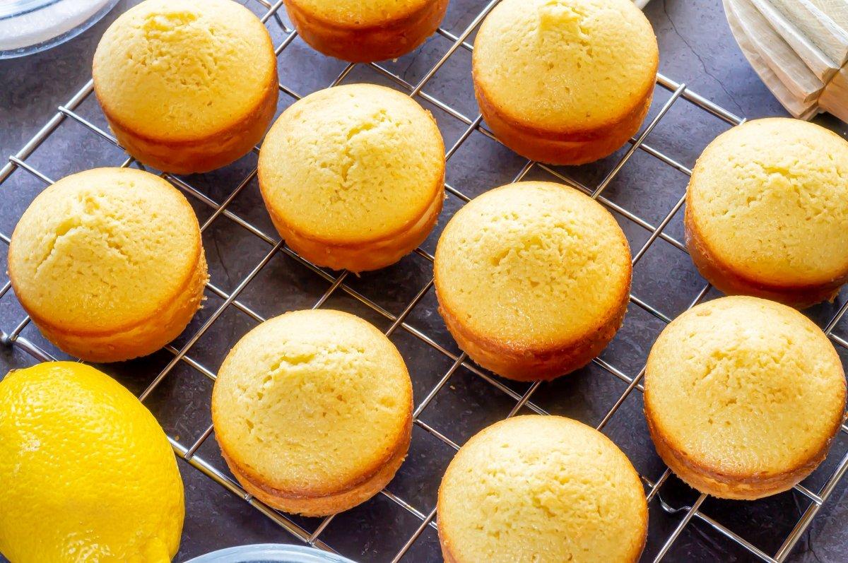 Enfriar los bizcochitos de limón