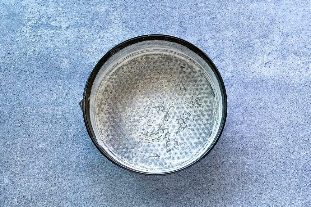 Engrasar el molde con mantequilla y harina