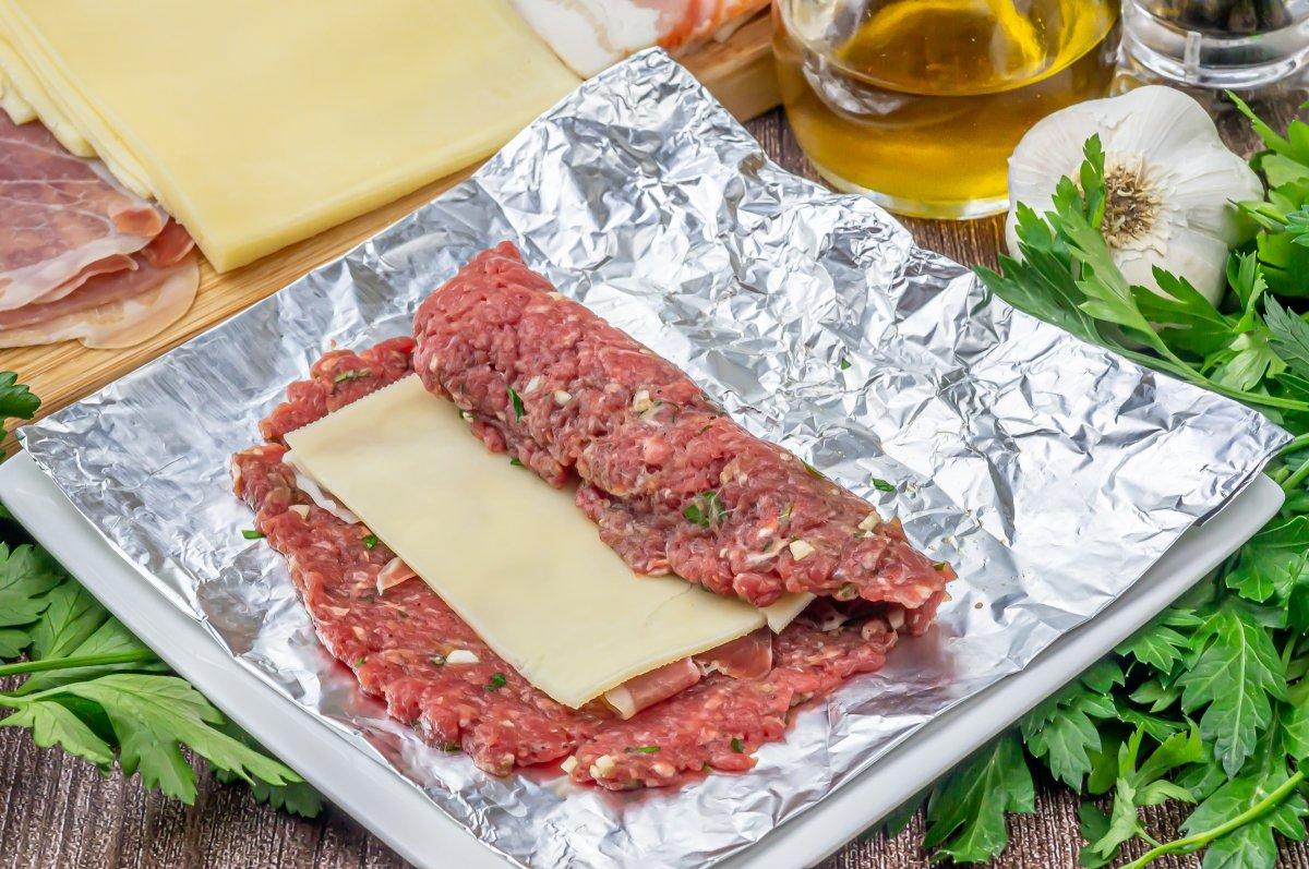 Enrollar el rollo de carne picada