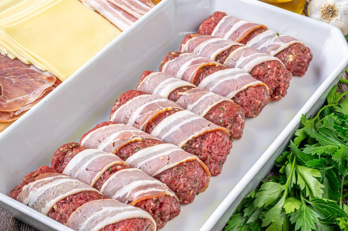 Enrollar las lonchas de bacon