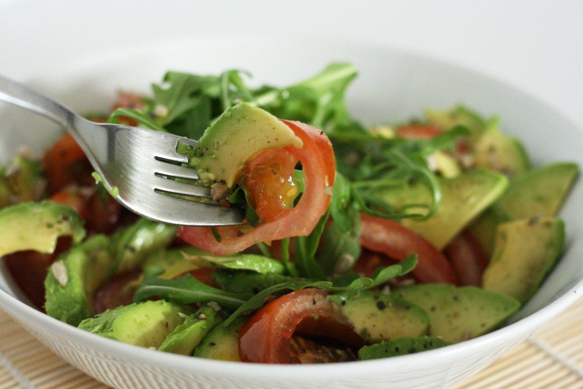 Ensalada de aguacate y tomate con tenedor
