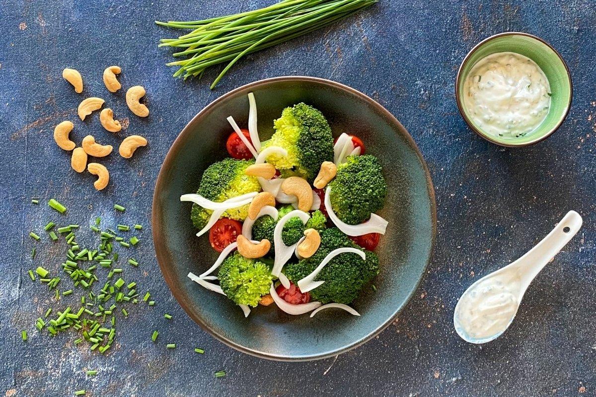 Ensalada de brócoli con salsa de yogur griego