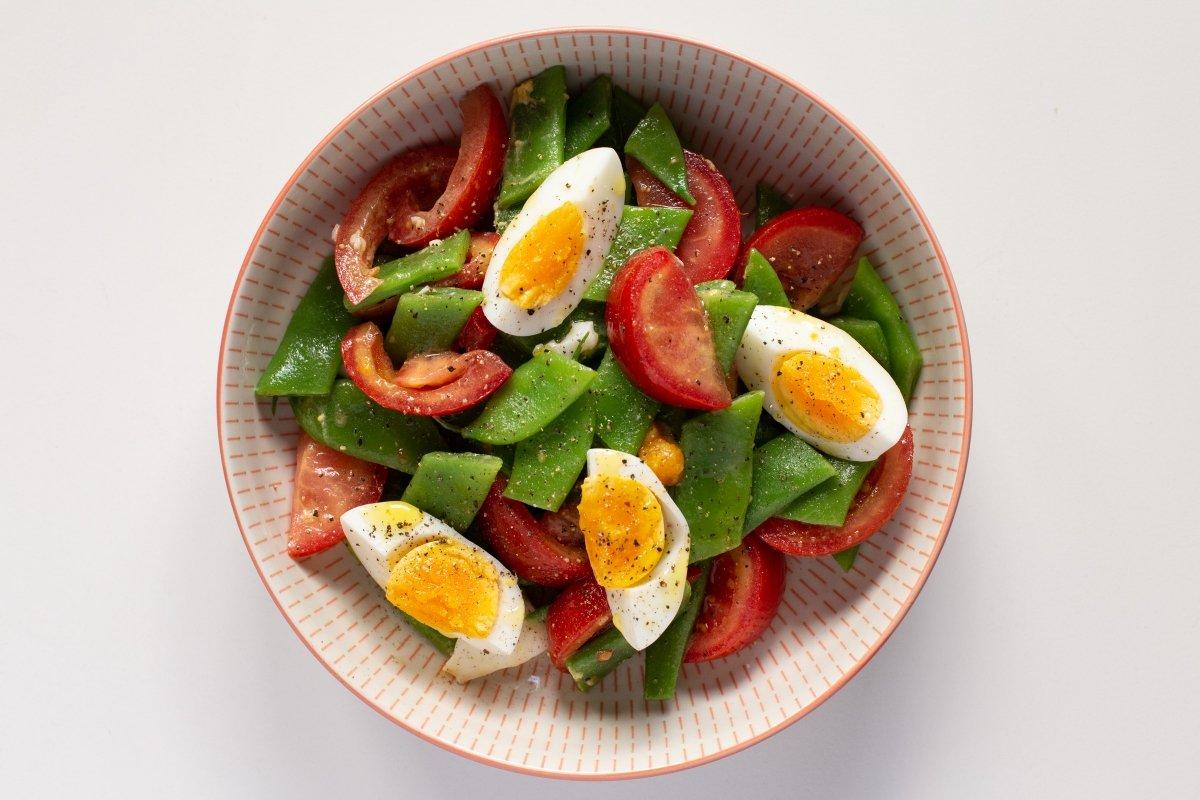Ensalada de judías verdes con tomate y huevo cocido