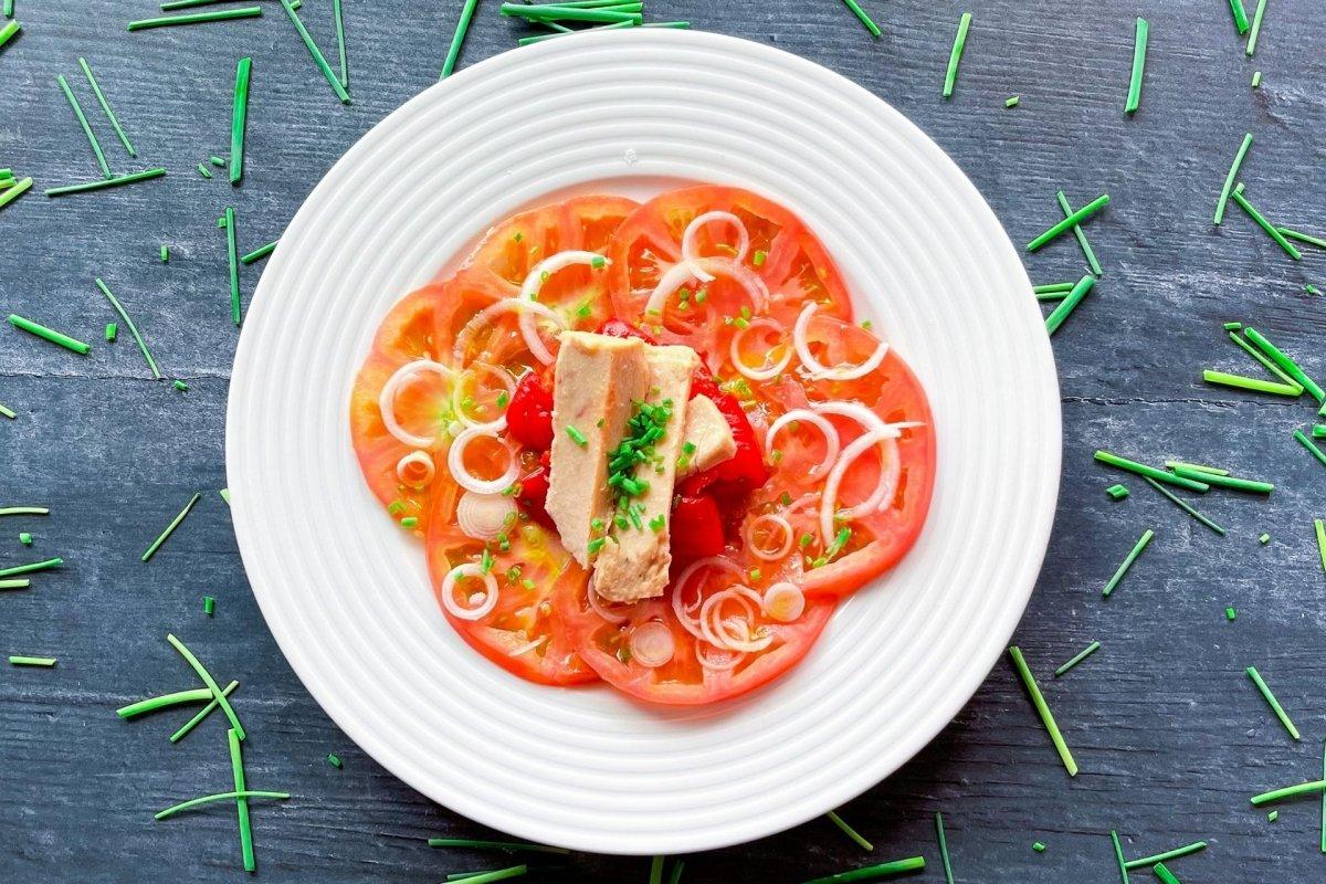 Ensalada de tomate, bonito y pimientos con cebollino espolvoreado