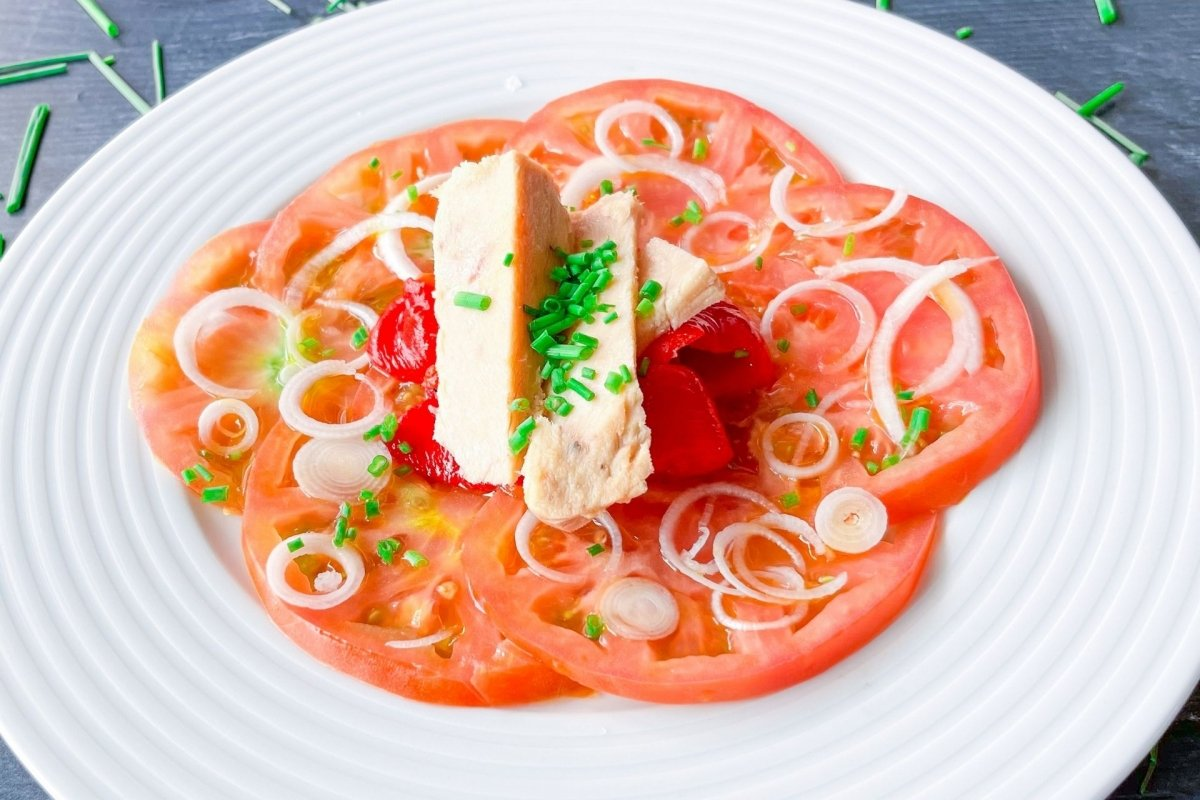 Ensalada de tomate, bonito y pimientos