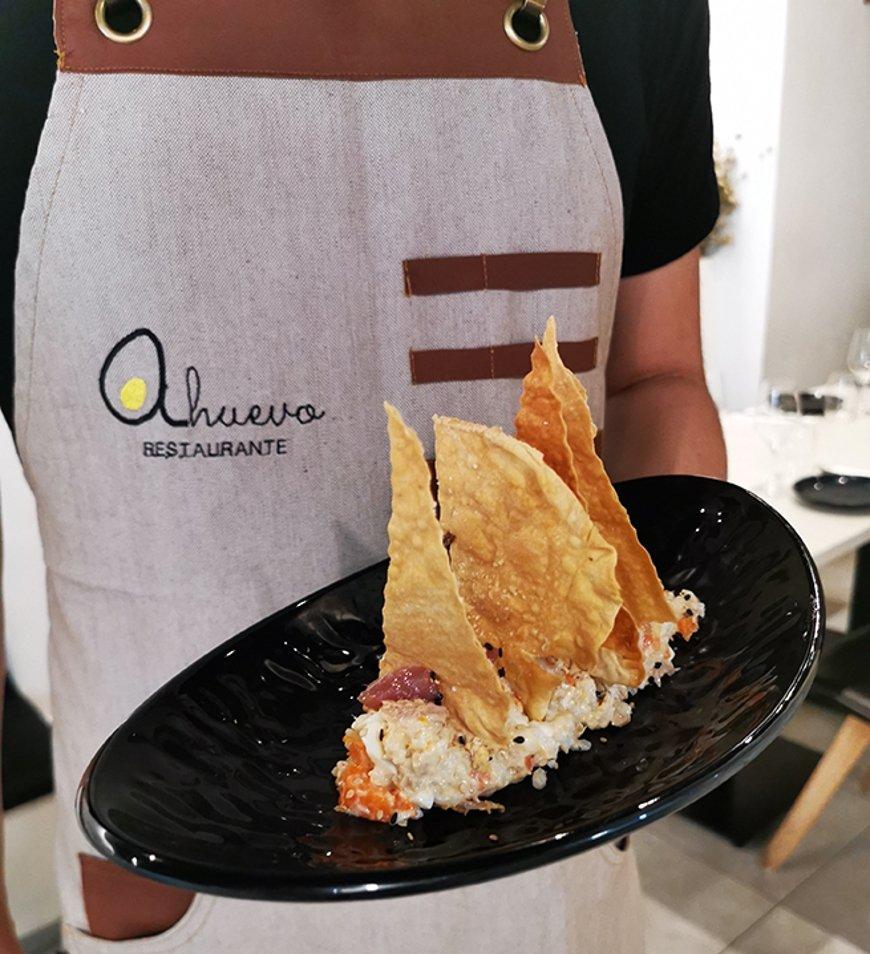 Ensaladilla de arroz con sashimi del restaurante A Huevo