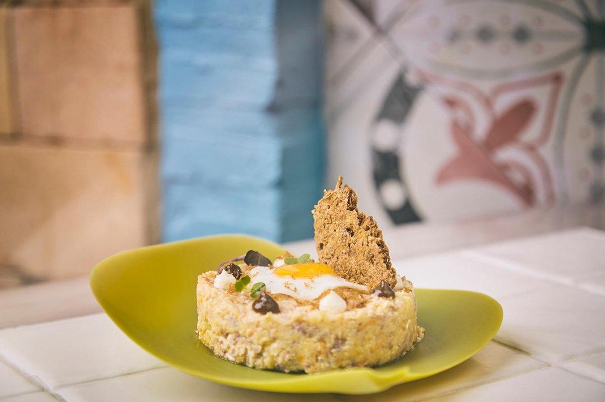 Ensaladilla de confit de pato con salsa hoisin y galleta de pistacho