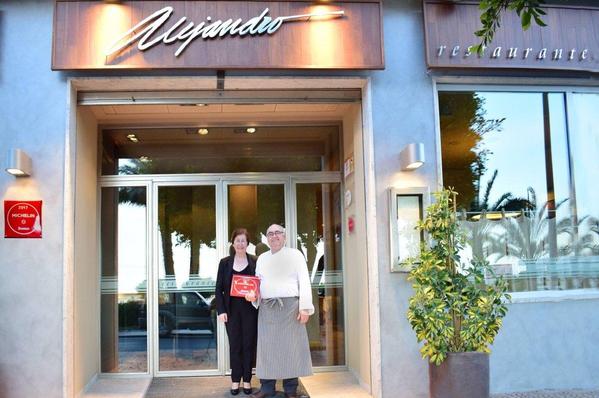 Entrada del restaurante Alejandro con los padres del cocinero y la placa de la guía Michelin