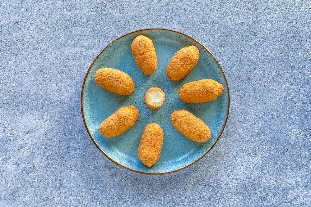 Escurrir el exceso de aceite de la fritura y servir las croquetas de queso