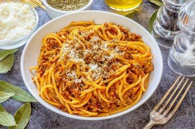 Espaguetis con carne picada y tomate