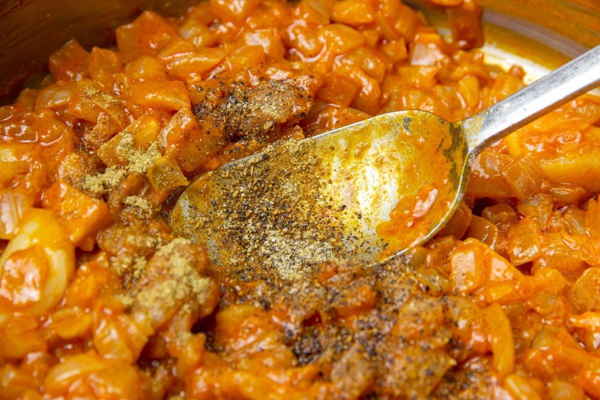 Especiar la salsa brava