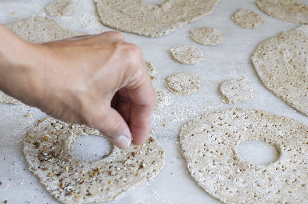 espolvoreamos con semillas los panes suecos