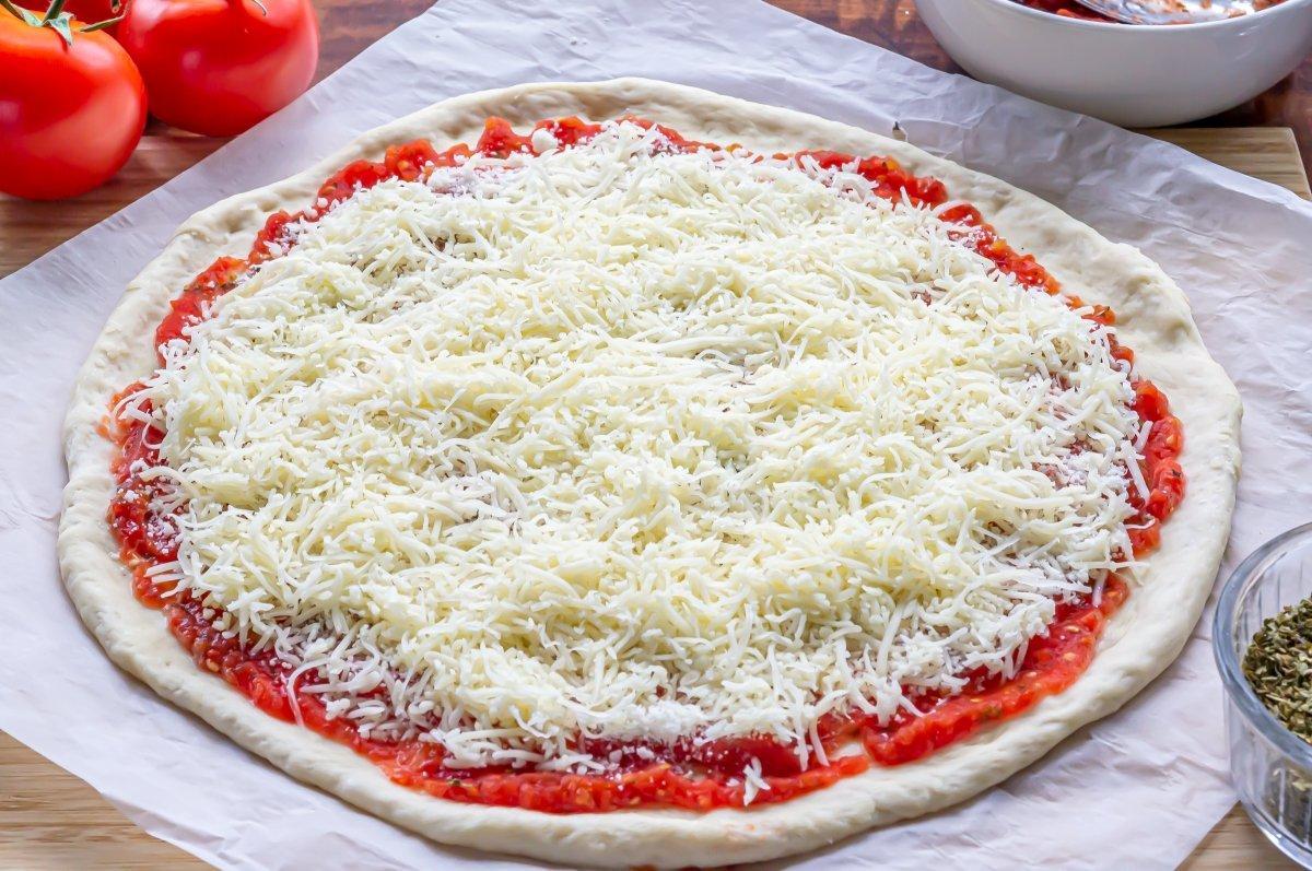 Espolvorear el queso para pizza